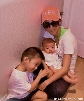 张柏芝一家人的最新生活照