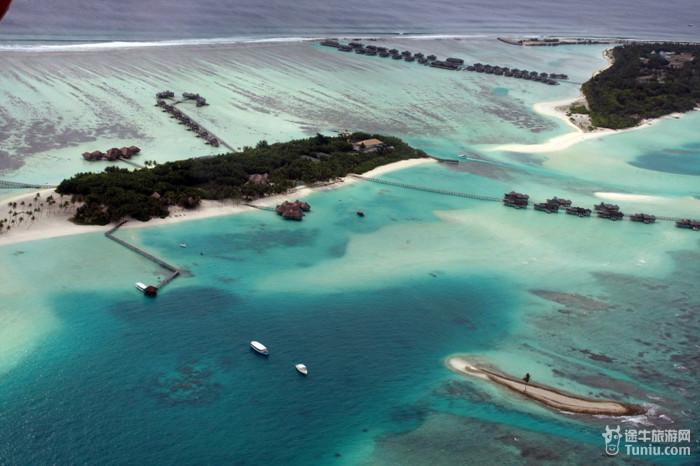 第四天:上午水上飞机和帆船及皮划艇活动,下午入住水屋.