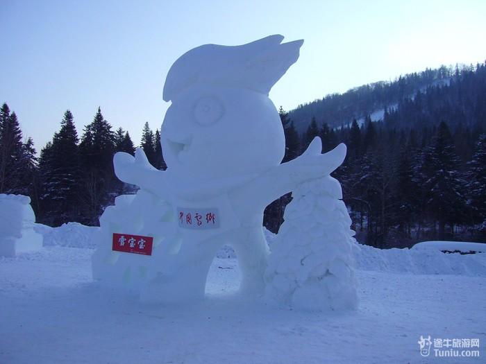 """晚上的灯光夜景,还是蛮象的。尤其是后来看了兆麟公园的外观后,觉得还是来这里玩值得,1月5日正式开园后,可以滑雪与看表演的话,兆麟公园有点迷你。<br><br>*冰雪大世界门口:<br><br><img src=""""http://images.tuniucdn.com/bbs_insert/2011/2011-01-06/1294286947636."""