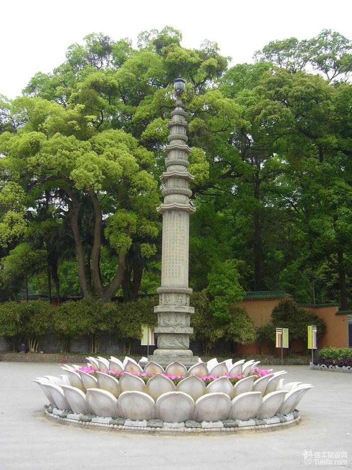 *南华寺门前的大象雕塑(寺里面也好多大大小小的大象雕塑): *南华寺