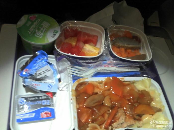 东航的飞机餐,我吃的是蝴蝶结意面.老公吃了饭.