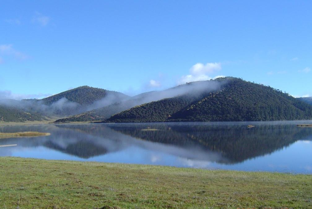 景点  普达措国家森林公园 香格里拉普达措国家公园内有明镜般的高山